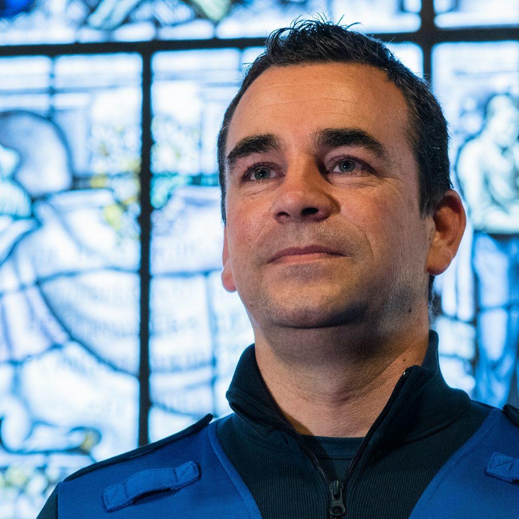Roel van Veghel (teamcoördinator handhaving ): stimuleerde op vriendelijke wijze publiek op straat om coronaregels te volgen